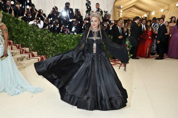 Agora em 2018, com a temática religiosa, a cantora novamente aposta no preto